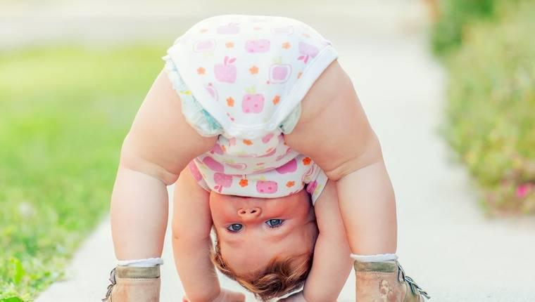 Что умеет и должен уметь ребенок в 1 год