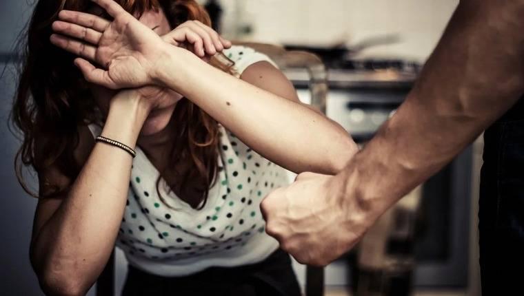 Насилие над человеком и собственником квартиры